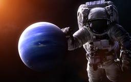 Нептун на запачканной предпосылке с гигантским астронавтом Элементы изображения поставлены NASA стоковые изображения