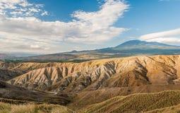 Неплодородные почвы в сельской местности Сицилии, около Biancavilla; вулкан Этна на заднем плане стоковые изображения