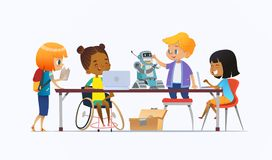 Неработающая Афро-американская девушка в кресло-коляске и другие дети стоя вокруг стола с компьтер-книжками и роботом и работой бесплатная иллюстрация