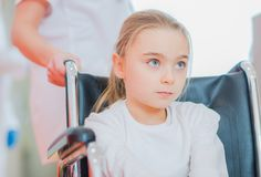 Неработающая девушка на кресло-коляске стоковая фотография