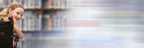 Неработающая девушка школы в библиотеке образования в кресло-коляске с переходом стоковые фото