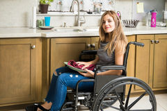 Неработающая женщина делая работы по дому дома Стоковая Фотография