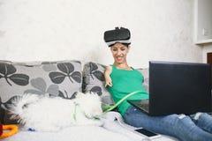 Неработающая женщина наслаждаясь в виртуальной реальности стоковое фото