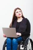 Неработающая женщина с компьтер-книжкой на кресло-коляске Стоковая Фотография