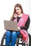 Неработающая женщина с компьтер-книжкой на кресло-коляске Стоковые Фото