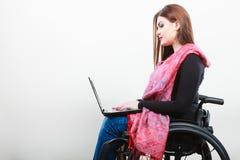 Неработающая женщина с компьтер-книжкой на кресло-коляске Стоковое Изображение RF