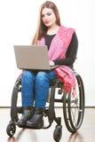 Неработающая женщина с компьтер-книжкой на кресло-коляске Стоковая Фотография RF