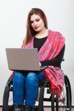 Неработающая женщина с компьтер-книжкой на кресло-коляске Стоковые Изображения
