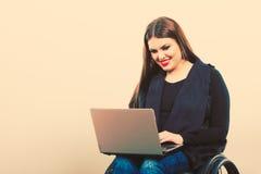 Неработающая женщина с компьтер-книжкой на кресло-коляске Стоковые Фотографии RF