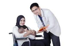 Неработающая мать и взгляд доктора на камере Стоковая Фотография RF