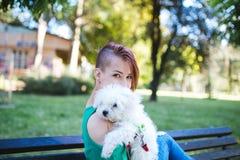 Неработающая молодая женщина с собакой стоковое фото rf