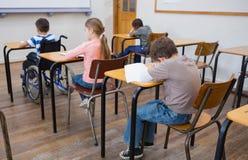 Неработающее сочинительство зрачка на столе в классе Стоковое Изображение RF