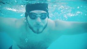 Неработающие заплывы человека в бассейне Ход бабочки съемка sinai Красного Моря подводный сток-видео