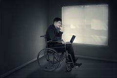 Неработающий бизнесмен выражая гнев в офисе Стоковое Изображение
