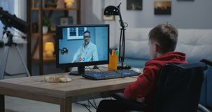 Неработающий мальчик имея видео-чат с доктором видеоматериал