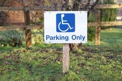Неработающий паркующ только столб знака на автостоянке в сельской сельской местности стоковая фотография