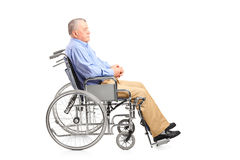 Неработающий старший человек представляя в кресло-коляске Стоковые Фотографии RF