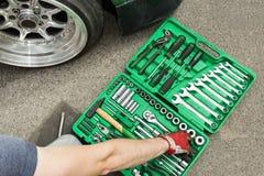 Нервное расстройство автомобиля на дороге, наборе инструментов для ремонта стоковая фотография rf