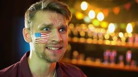 Нервный американский поклонник футбола с флагом на щеке несчастной с результатом игры акции видеоматериалы