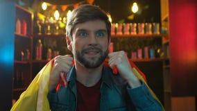 Нервный вентилятор спорт со спичкой испанского флага наблюдая в пабе, осадил о поражении сток-видео