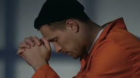 Нервный кавказский пленник сидя самостоятельно, сердитый после конфликта с сокамерником сток-видео