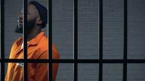Нервный черный пленник идя в клетку, подачу в солитарную клетку, торговца наркотикам сток-видео