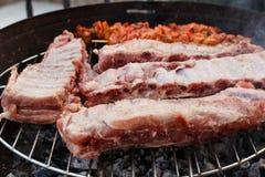 Нервюры и kebabs барбекю угля Стоковые Фото