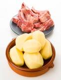 Нервюры свинины и сырцовые картошки на белизне Стоковое Изображение RF