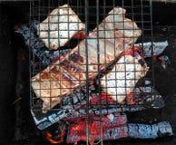 Нервюры свинины на гриле варя угли стоковые изображения