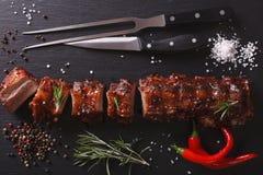Нервюры свинины BBQ прервали конец-вверх на таблице горизонтальное взгляд сверху Стоковые Изображения