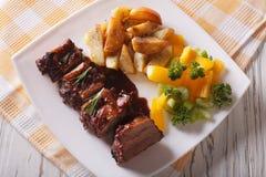 Нервюры свинины BBQ с концом-вверх овощей на плите Горизонтальный к Стоковое фото RF