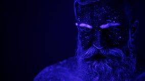 Нереальный танец человека в ультрафиолетовом свете Сильный, мышечный человек стриппер видеоматериал