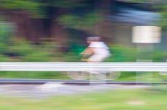 Нерезкость движения велосипедиста ехать велосипед Стоковая Фотография RF