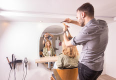 Нерезкость движения женщины волос вырезывания парикмахера Стоковое фото RF