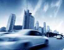 Нерезкость движения зданий и автомобилей улицы стоковая фотография