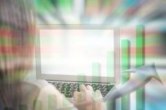 Нерезкость движения азиатской работы женщины с компьютером на запачканной предпосылке доски диаграммы и запаса в концепции дела Стоковая Фотография RF