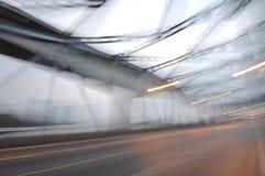 Нерезкость и фликер дороги моста металла на сумерках стоковое изображение rf
