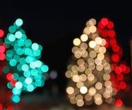 Нерезкость конспекта рождественской елки красного света праздника зеленая Стоковые Изображения RF