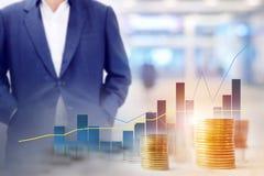 Нерезкость предпосылки бизнесмена стоя с дорожкой внутри здания и диаграммами, статистик показывает положительное направление Стоковые Фото