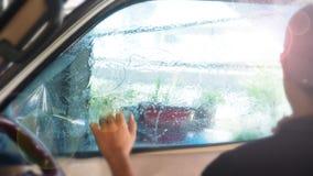 Нерезкость предпосылки работника обслуживания создавая программу-оболочку фильм автомобиля на окне стоковая фотография rf