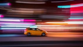Нерезкость такси Нью-Йорка на ноче стоковая фотография