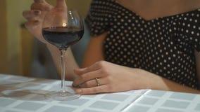 Нерешительность людей руки молодой женщины в платье вечера с бокалом вина в ресторане Избежание алкоголя акции видеоматериалы