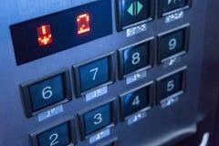 Нержавеющие кнопки металла номерных знаков в лифте Стоковые Изображения
