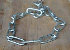 Нержавеющие ожерелье и цепь собаки на деревянной доске Стоковое Фото