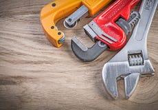 Нержавеющий резец трубы универсального гаечного ключа разводного гаечного ключа на деревянном Стоковая Фотография RF