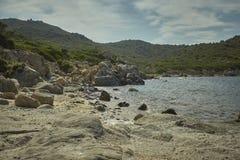 Неровные утесы которые ломают в среднеземноморском Стоковая Фотография