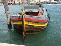 Несенный вне буксир вдоль грандиозного канала Венеции, Италии Стоковая Фотография