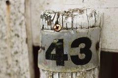 Несенный знак металла с 43 на ем стоковая фотография rf