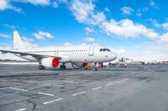 Несколько воздушных судн припарковали на авиапорте в хорошей погоде Стоковая Фотография RF