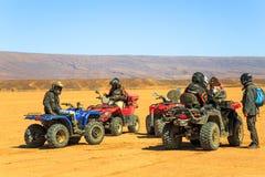 Несколько всадников ждут с их квадом ATVs в пустыне Сахары Стоковое Фото